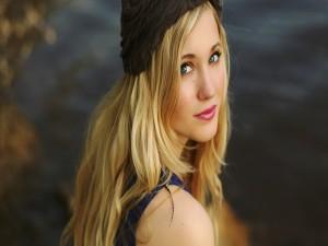Chica rubia con unos bonitos ojos verdes