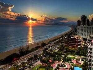 El sol del amanecer iluminando una gran playa