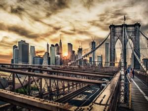 Gente caminando por el puente de Brooklyn