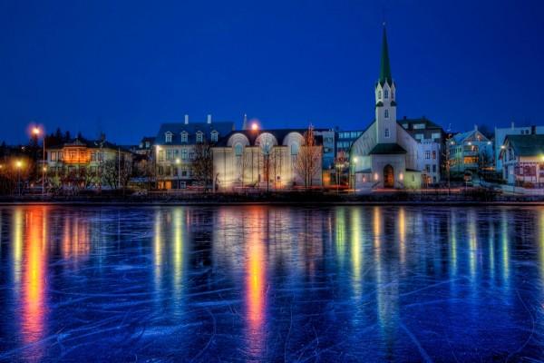 Luces reflejadas en el agua helada