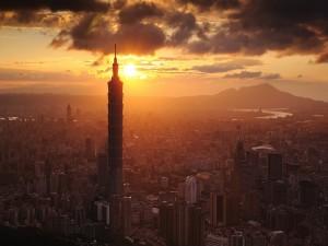 Sol iluminando la ciudad de Taipéi (Taiwán)