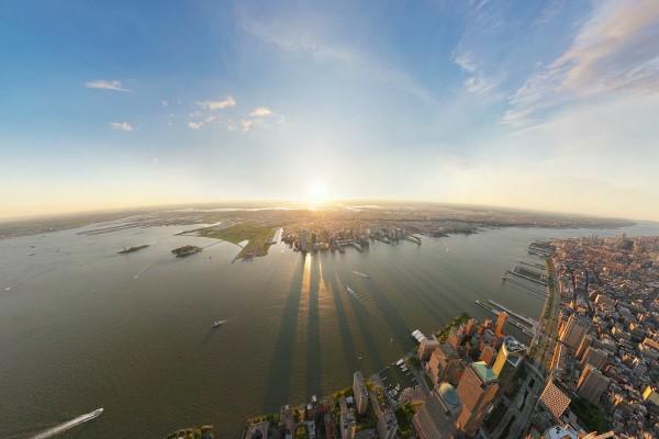 Sol en el horizonte iluminando una gran ciudad