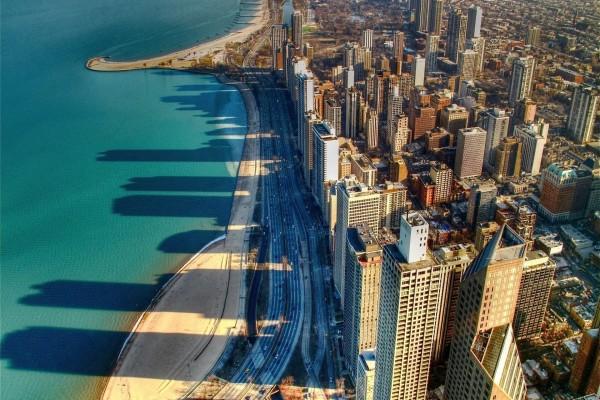 La sombra de unos edificios proyectada sobre el mar