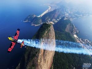 Avión acrobático de Red Bull sobre un bonito lugar