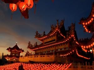 Templo chino Thean Hou cubierto de faroles encendidos (Kuala Lumpur, Malasia)