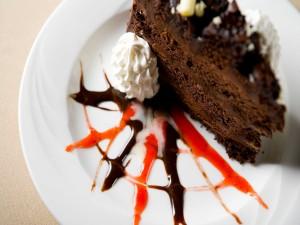 Porción de un rico pastel de chocolate