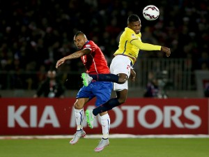 """El mediocampista Arturo Vidal luchando por el balón """"Copa América 2015"""""""