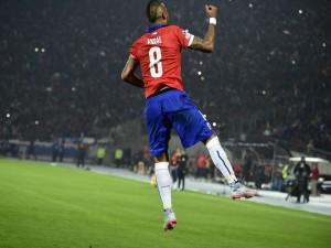 """Arturo Vidal dando un salto en el primer partido de la """"Copa América 2015"""""""
