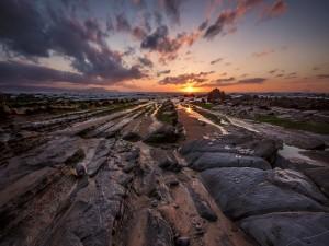 Rocas iluminadas por los primeros rayos del sol
