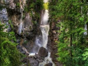 Postal: Cascada estrecha entre las rocas