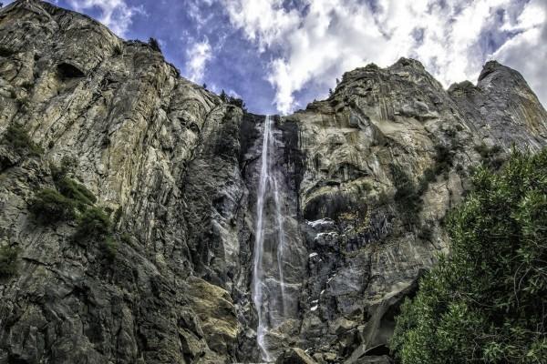 Agua cayendo por un acantilado
