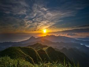 Sol sobre un terreno montañoso