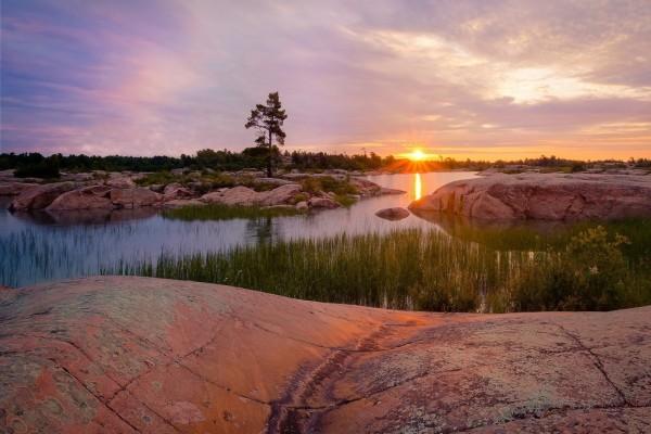 El sol del amanecer iluminando un río rocoso