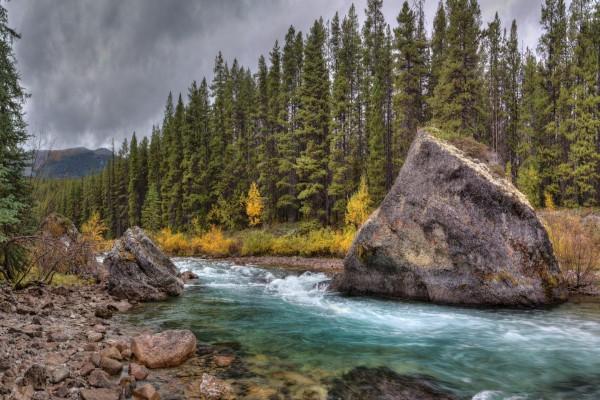 Una gran piedra en el cauce del río