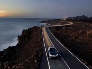 Mercedes Benz en una carretera al anochecer