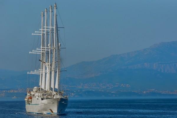 Barco recorriendo el mar Adriático