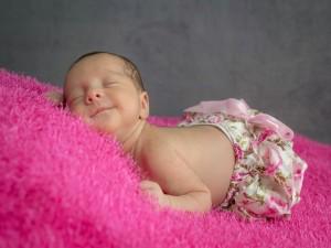 Beba durmiendo con una bella sonrisa