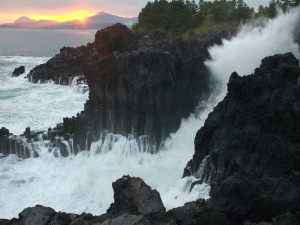 Agua de mar chocando contra las rocas al amanecer