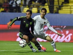 "Adrián Aldrete luchando por el balón (México vs Bolivia) ""Copa América 2015"""