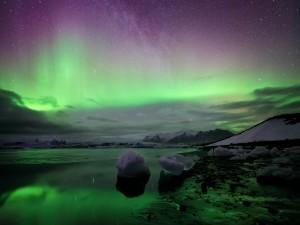 Estrellas y aurora boreal sobre un frío paraje