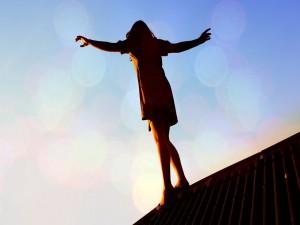 Mujer sobre un tejado