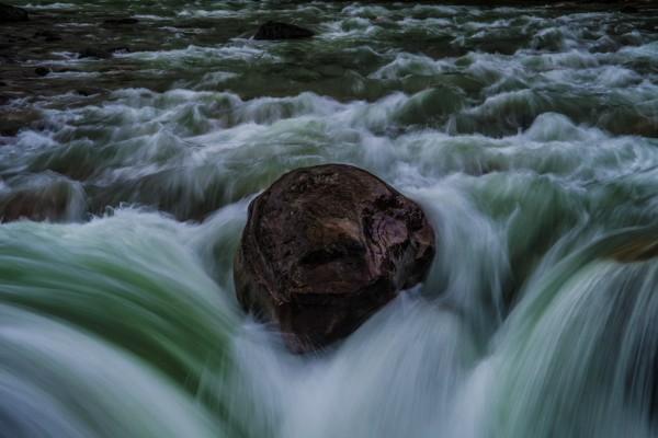 Piedra en el cauce de un río