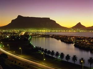 Ciudad del Cabo iluminada (Sudáfrica)