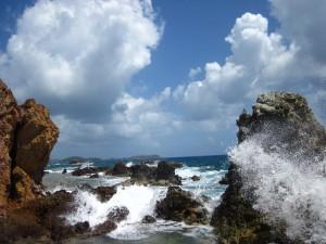 Nubes sobre las rocas y el mar