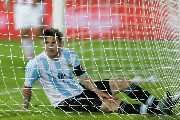 """Messi sentado en la portería durante la """"Copa América Chile 2015"""""""