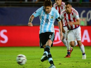 """Messi en posesión del balón en el partido con Praguay """"Copa América 2015"""""""