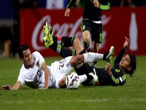 """Jugadores de México y Bolivia en el suelo """"Copa América Chile 2015"""""""