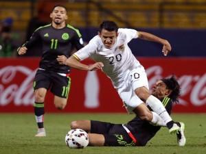 """Lucha por el balón en el partido México contra Bolivia """"Copa América 2015"""""""
