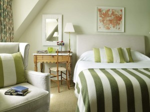 Elegante dormitorio en tono verde
