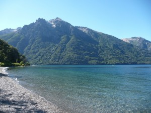 Playa en el extremo sur del lago Gutiérrez (Río Negro, Argentina)