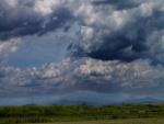 Nubes de tormenta sobre el campo