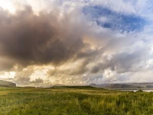 Cálida luz del sol entre grandes nubes