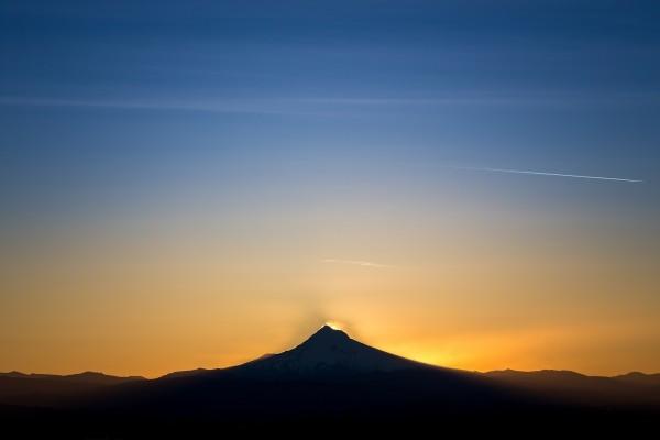 El sol se levanta detrás del monte Hood