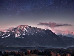 Cielo estrellado sobre las montañas