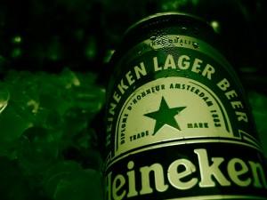 Lata de Heineken sobre cubitos de hielo
