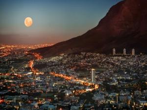 Luna llena sobre Ciudad del Cabo (Sudáfrica)