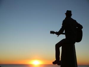 Chico tocando la guitarra al amanecer