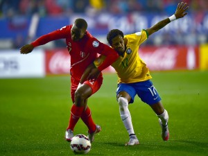 """Peleando por el balón en el partido Brasil contra Perú de la """"Copa América 2015"""""""