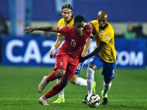 """El jugador peruano Jefferson Farfán luchando por el balón """"Copa América 2015"""""""