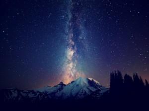 Vía Láctea sobre unas montañas