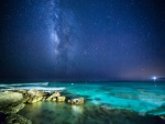 Hermoso cielo estrellado sobre un mar azul