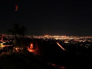 Luna en el cielo nocturno de una ciudad