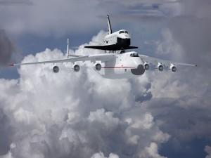 Transbordador Antonov An-225 entre nubes