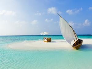 Mujer relajada en una playa paradisíaca