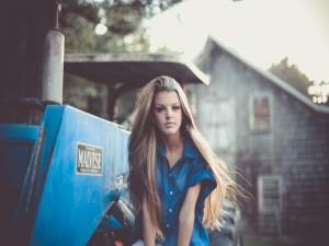 Chica con un largo pelo rubio