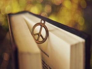 El símbolo de la paz sosteniendo la página de un libro